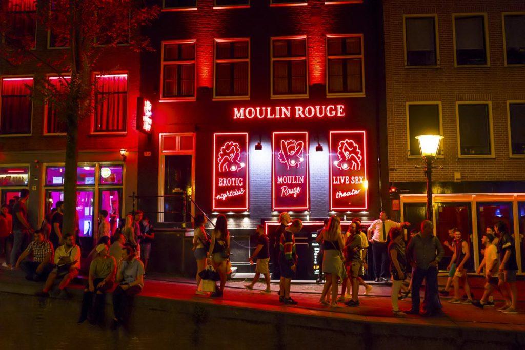 Le quartier rouge à Amsterdam, un endroit spécial à visiter. Photo tirée de mon article Visiter Amsterdam : Que faire et voir dans cette ville le temps d'un week-end. #amsterdam #paysbas #europe #voyage #redlight #citytrip