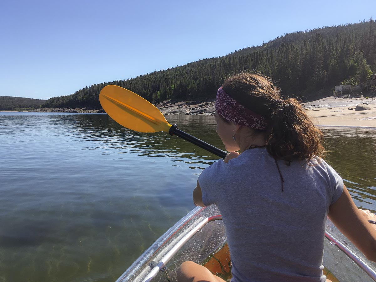 En kayak transparent sur l'île Grosse Boule à Sept-îles. Photo tirée de mon article Quoi faire à Sept-Îles au Québec : Voyage et tourisme sur la Côte-Nord. #septiles #cotenord #quebec #voyage #quebecoriginal #explorecanada #canada #kayak
