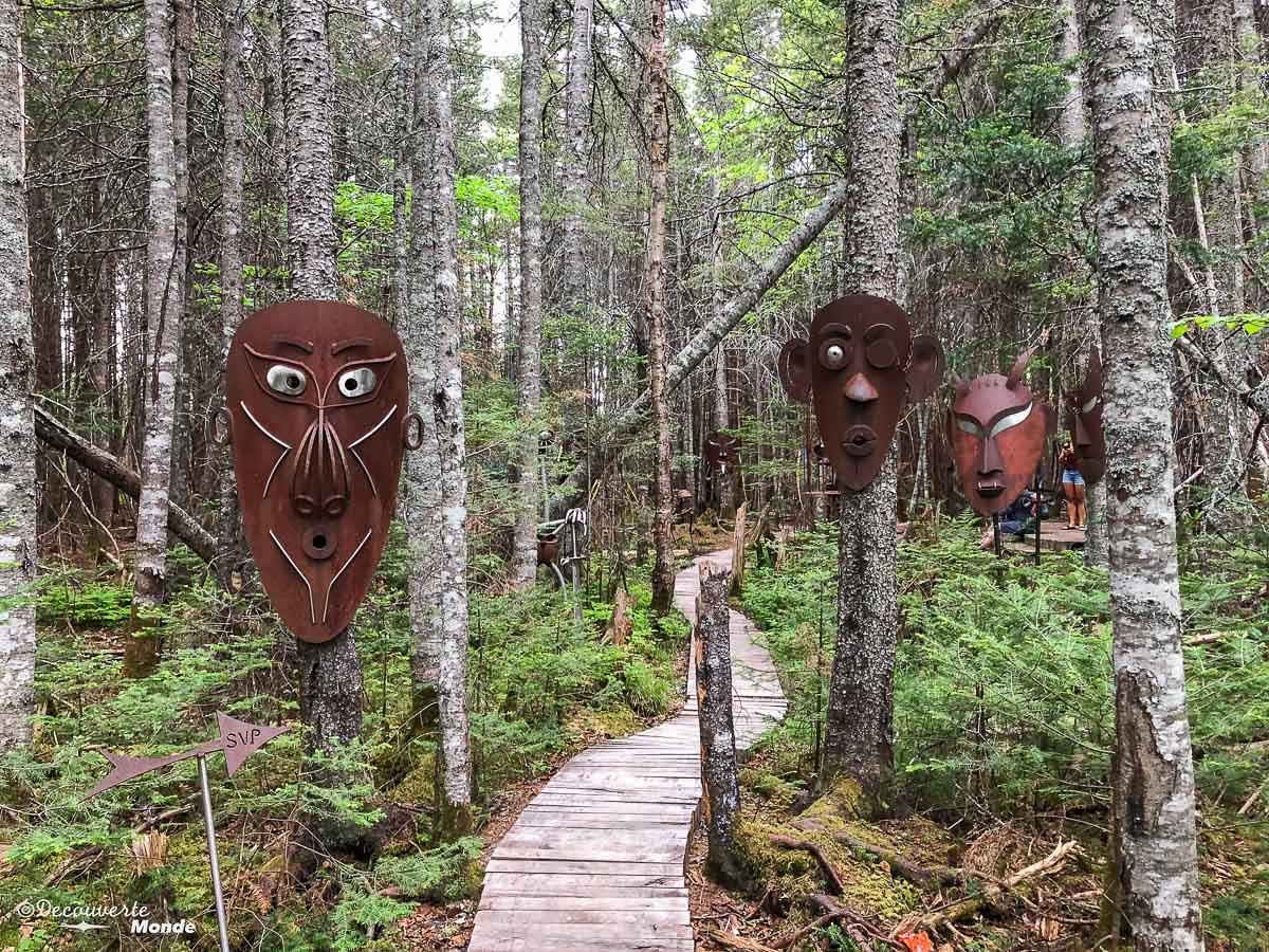 Sur le sentier des sculptures à Sept-îles. Photo tirée de mon article Quoi faire à Sept-Îles au Québec : Voyage et tourisme sur la Côte-Nord. #septiles #cotenord #quebec #voyage #quebecoriginal #explorecanada #canada