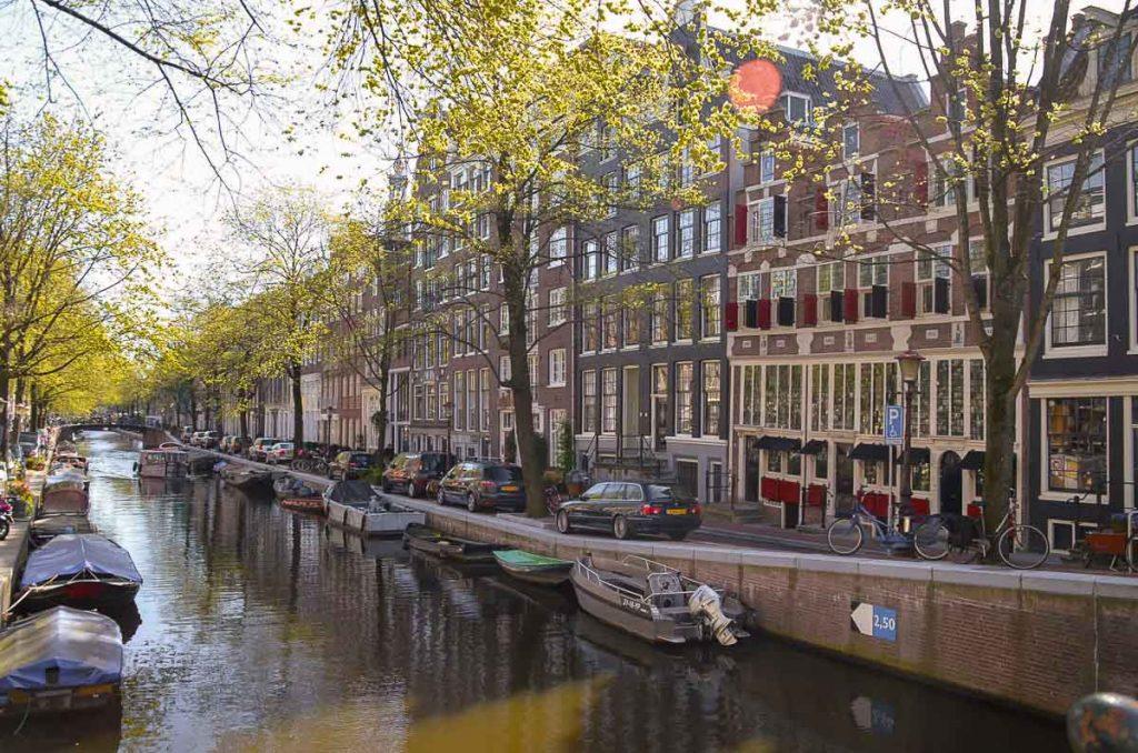 Visiter le quartier Joordan à Amsterdam. Photo tirée de mon article Visiter Amsterdam : Que faire et voir dans cette ville le temps d'un week-end. #amsterdam #paysbas #europe #voyage #joordan #citytrip #canal