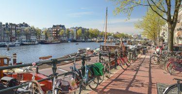 Visiter Amsterdam à vélo. Photo tirée de mon article Visiter Amsterdam : Que faire et voir dans cette ville le temps d'un week-end. #amsterdam #paysbas #europe #voyage #velo #citytrip