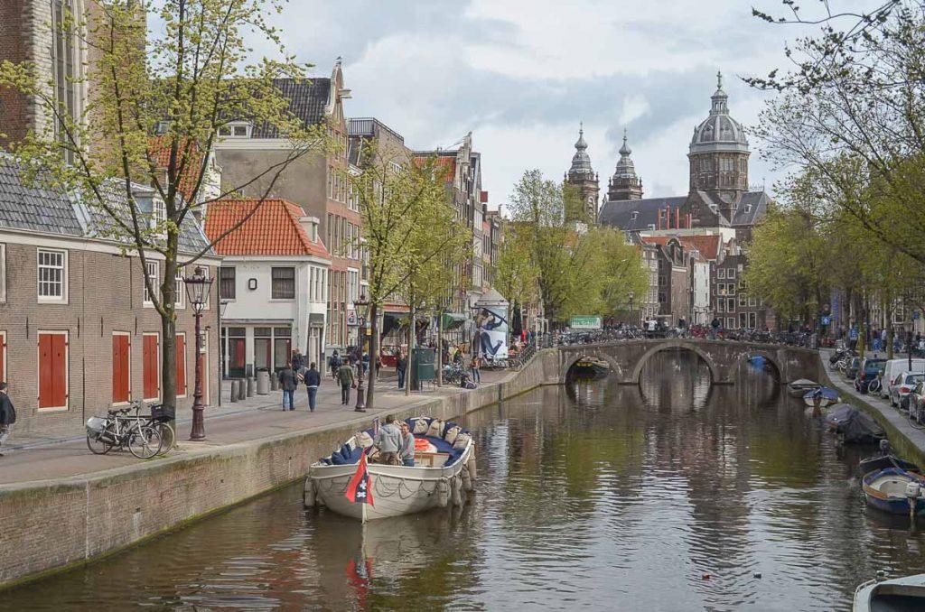 Quoi faire à Amsterdam, une balade sur les canaux de la ville. Photo tirée de mon article Visiter Amsterdam : Que faire et voir dans cette ville le temps d'un week-end. #amsterdam #paysbas #europe #voyage #canaux #citytrip #canal