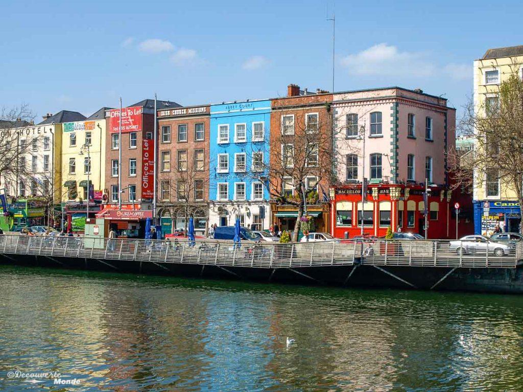 Balade le long des quais de la rivière Liffey à Dublin. Photo tirée de mon article Visiter Dublin en Irlande : Que voir et faire le temps d'un weekend. #irlande #dublin #europe #voyage