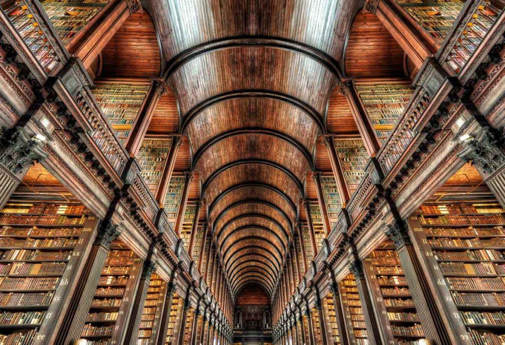 Old Librairy et Book of Kells à Trinity college à Dublin. Photo tirée de mon article Visiter Dublin en Irlande : Que voir et faire le temps d'un weekend. #irlande #dublin #europe #voyage #trinitycollege #bookofkells