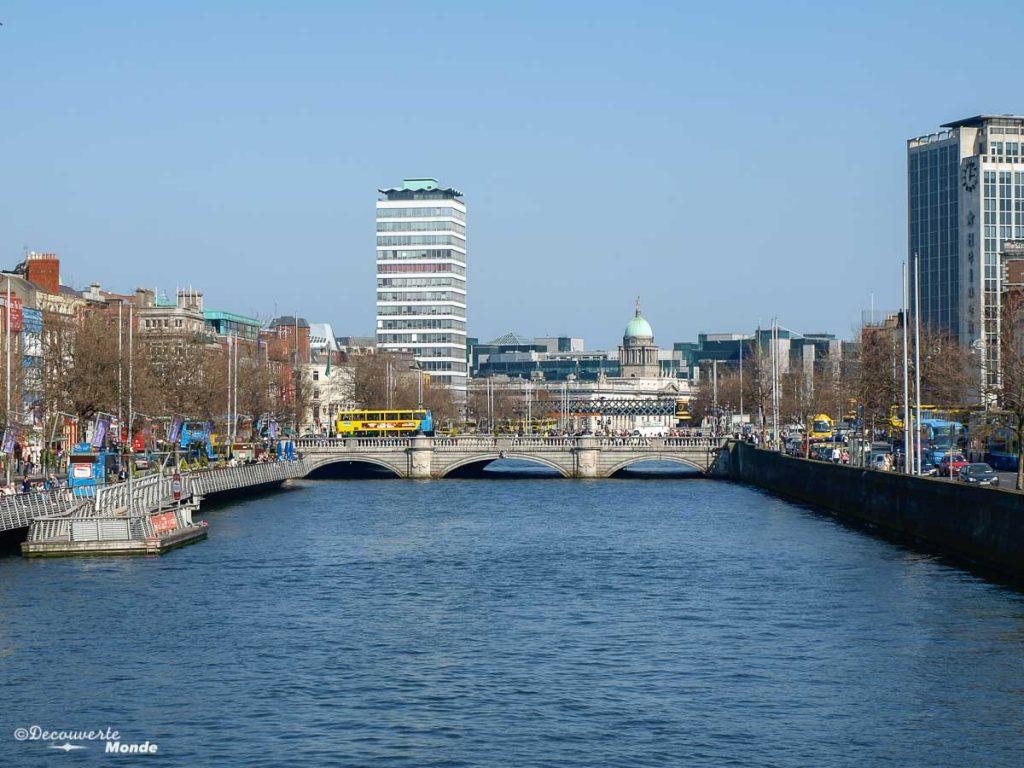 La rivière Liffey et ses ponts à Dublin en Irlande. Photo tirée de mon article Visiter Dublin en Irlande : Que voir et faire le temps d'un weekend. #irlande #dublin #europe #voyage
