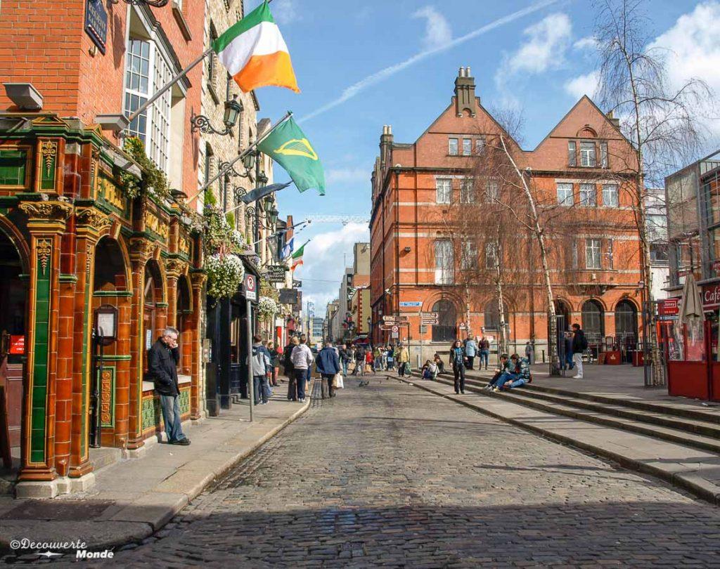 Dans les rues de Temple Bar. Photo tirée de mon article Visiter Dublin en Irlande : Que voir et faire le temps d'un weekend. #irlande #dublin #europe #voyage #templebar