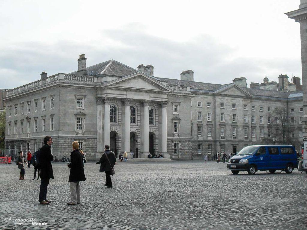 Trinity college à Dublin. Photo tirée de mon article Visiter Dublin en Irlande : Que voir et faire le temps d'un weekend. #irlande #dublin #europe #voyage #trinitycollege #bookofkells
