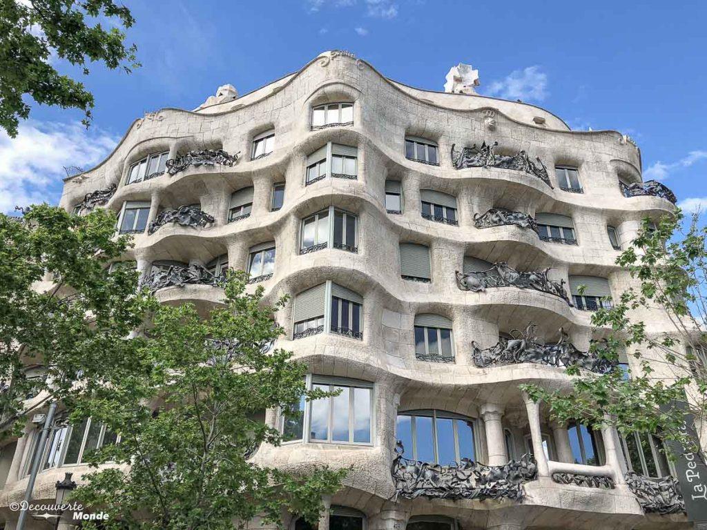 La Casa Batllo de Gaudi à Barcelone. Dans mon article Visiter Barcelone en Espagne : Que faire et voir le temps d'un week-end. | Que faire à Barcelone et que voir | Quoi voir à Barcelone et quoi faire | Que visiter à Barcelone | Activités à Barcelone | Où dormir à Barcelone| #barcelone #barcelona #europe #espagne #catalogne #citytrip #voyage #casabatllo #gaudi