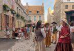 Dans les rues du Vieux-Québec pour les Fêtes de la Nouvelle-France. Dans mon article sur Les fêtes de la Nouvelle-France : Un festival historique à Québec. #quebec #canada #histoire #NouvelleFrance #quebecoriginal