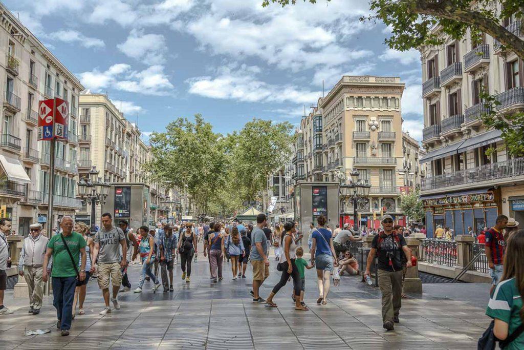 Sur la Rambla à Barcelone. Dans mon article Visiter Barcelone en Espagne : Que faire et voir le temps d'un week-end. | Que faire à Barcelone et que voir | Quoi voir à Barcelone et quoi faire | Que visiter à Barcelone | Activités à Barcelone | Où dormir à Barcelone| #barcelone #barcelona #europe #espagne #catalogne #citytrip #voyage #larambla