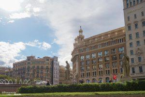 La Plaça de Catalunya à Barcelone. Dans mon article Visiter Barcelone en Espagne : Que faire et voir le temps d'un week-end. | Que faire à Barcelone et que voir | Quoi voir à Barcelone et quoi faire | Que visiter à Barcelone | Activités à Barcelone | Où dormir à Barcelone| #barcelone #barcelona #europe #espagne #catalogne #citytrip #voyage