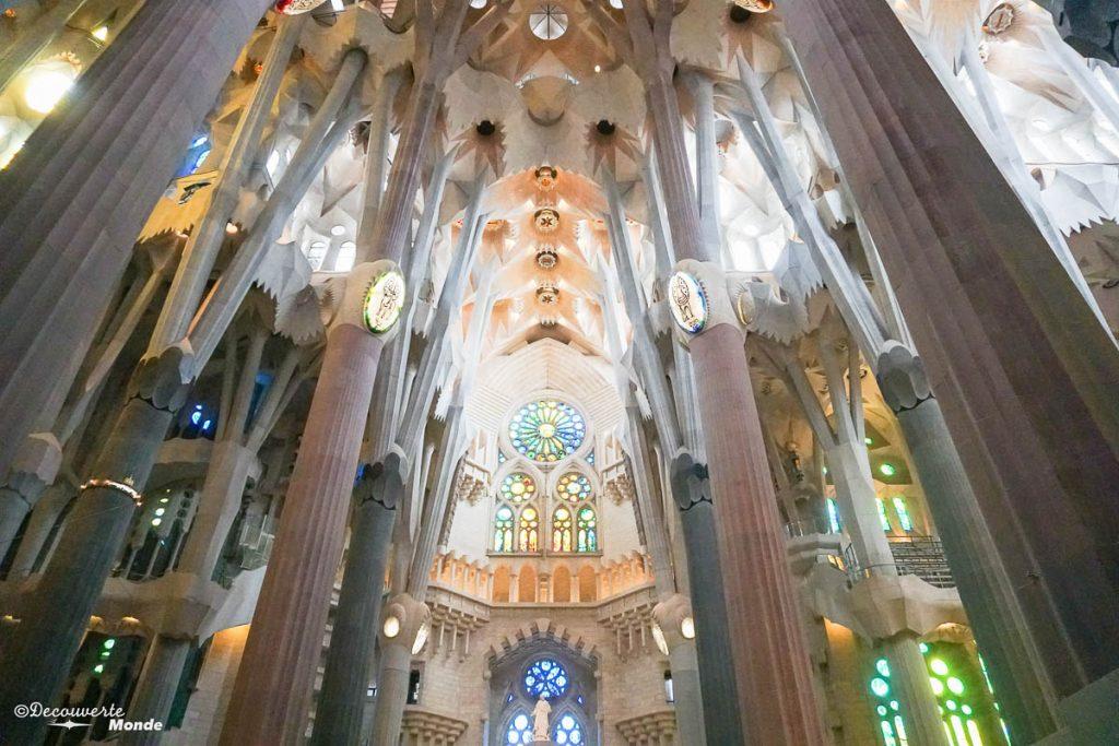 Intérieur de la Sagrada Familia à Barcelone. Dans mon article Visiter Barcelone en Espagne : Que faire et voir le temps d'un week-end. | Que faire à Barcelone et que voir | Quoi voir à Barcelone et quoi faire | Que visiter à Barcelone | Activités à Barcelone | Où dormir à Barcelone| #barcelone #barcelona #europe #espagne #catalogne #citytrip #voyage #sagradafamilia #gaudi