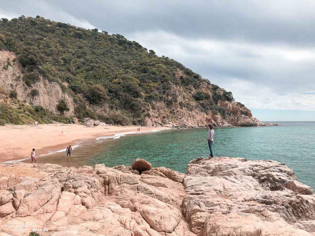 Une petite plage de la Costa Brava dans mon article Visiter la Catalogne en Espagne : Que voir et que faire en 8 lieux à visiter #espagne #catalogne #europe #barcelone #voyage #costabrava