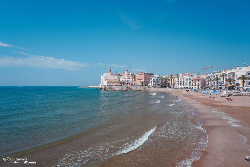 Plage de Sitges sur la Costa Dorada dans mon article Visiter la Catalogne en Espagne : Que voir et que faire en 8 lieux à visiter #espagne #catalogne #europe #voyage #sitges #costadorada