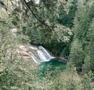 La chute de la rivière aux Émeraudes dans mon article Gaspésie en 10 jours : Itinéraire de mon tour de la Gaspésie en road trip #gaspesie #quebec #canada #voyage #quebecoriginal #explorecanada #chute