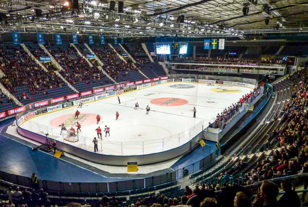 Assister à un match de hockey sur glace à Stockholm dans mon article Visiter Stockholm : Que faire à Stockholm en 10 coups de coeur #suede #stockholm #europe #voyage #scandinavie #citytrip