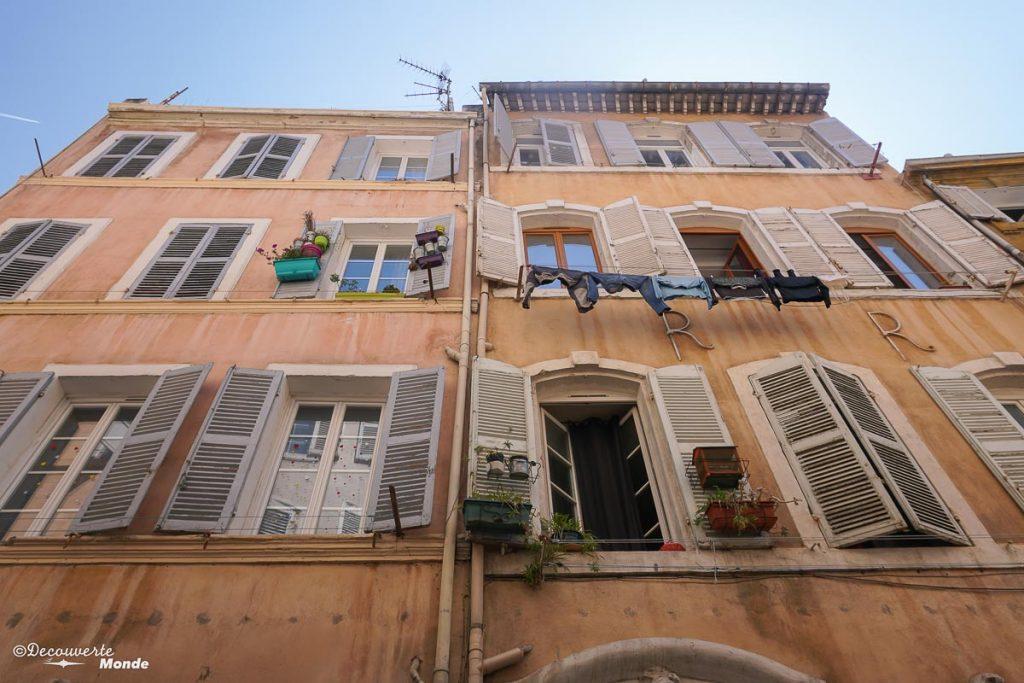 Les vieilles maisons du Quartier le Panier à Marseille dans mon article Visiter Marseille : Quoi faire à Marseille et voir en une journée avec petit budget #marseille #france #europe #voyage #patrimoine #lepanier