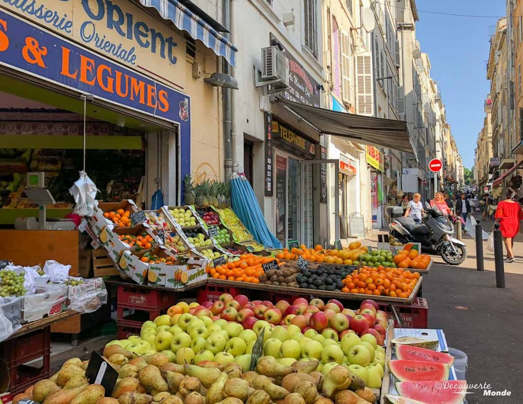 Les étals dans le Quartier le Noailles à Marseille dans mon article Visiter Marseille : Quoi faire à Marseille et voir en une journée avec petit budget #marseille #france #europe #voyage #marche