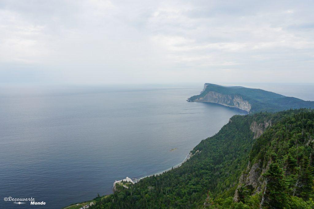 Vue du sommet du Mont-Alban dans Parc Forillon dans mon article Gaspésie en 10 jours : Itinéraire de mon tour de la Gaspésie en road trip #gaspesie #quebec #canada #voyage #quebecoriginal #explorecanada #forillon #parccanada
