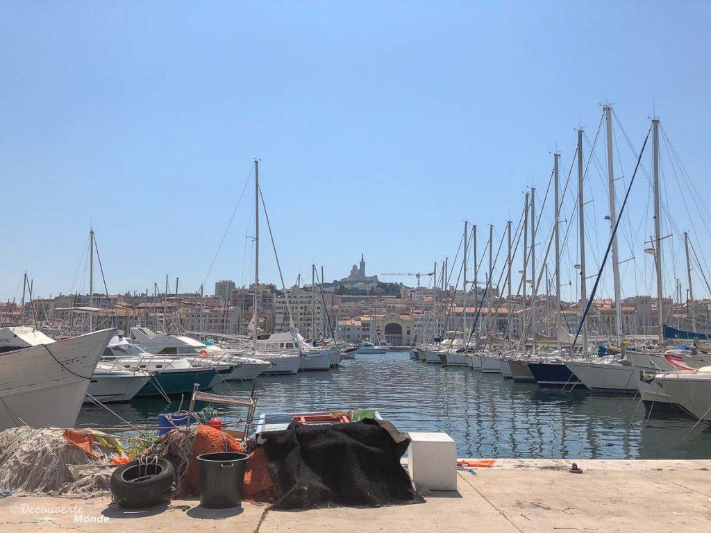 Magnifique vue du Vieux-Port de Marseille dans mon article Visiter Marseille : Quoi faire à Marseille et voir en une journée avec petit budget #marseille #france #europe #voyage #port