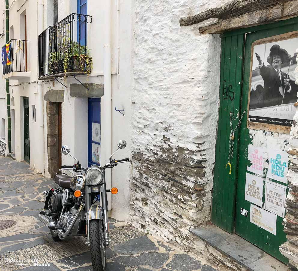 Dans les rues de Cadaquès qui a inspiré Dali dans mon article Visiter la Costa Brava en Espagne : Que faire en 7 lieux à visiter #costabrava #espagne #catalogne #europe #voyage #cadaques #dali
