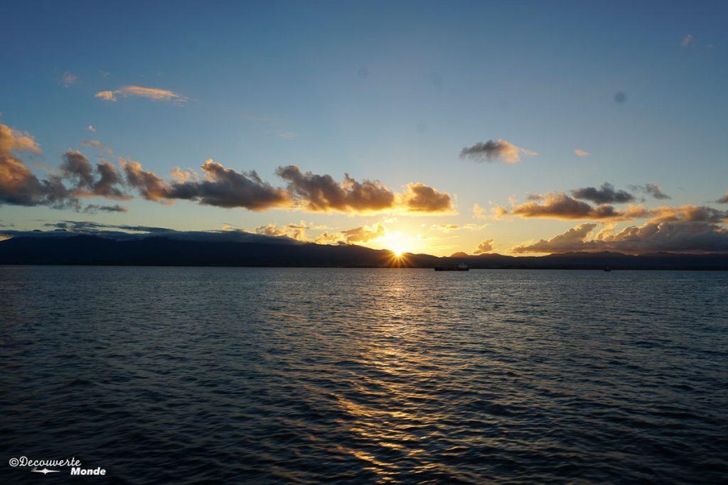 Coucher de soleil sur le bateau en direction de Marie-Galante dans mon article Que faire en Guadeloupe et visiter : Idées d'activités à petit budget #guadeloupe #antilles #caraibes #ile #voyage #coucherdesoleil #ocean #mer