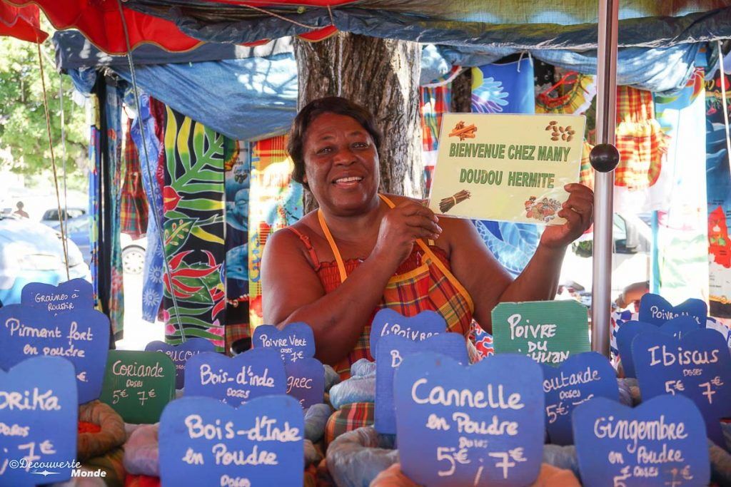 Vendeuse d'épices au marché de Sainte-Anne dans mon article Que faire en Guadeloupe et visiter : Idées d'activités à petit budget #guadeloupe #antilles #caraibes #ile #voyage #sainteanne #marche