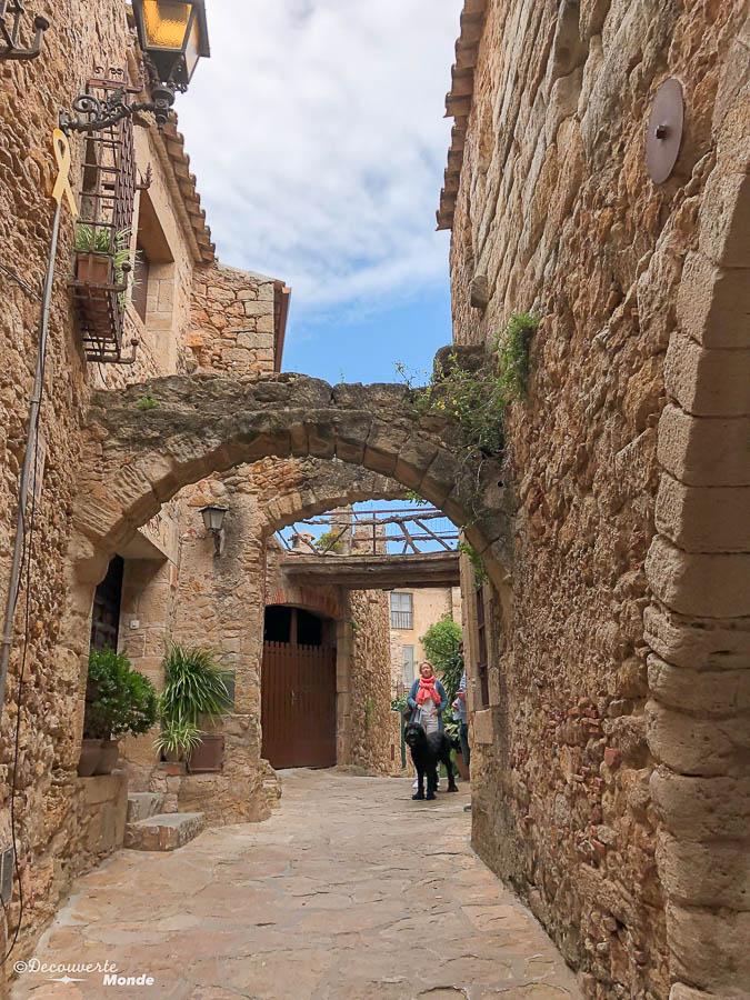 Arcs romans dans le village de Pals dans mon article Visiter la Costa Brava en Espagne : Que faire en 7 lieux à visiter #costabrava #espagne #catalogne #europe #voyage #pals #villagemedieval