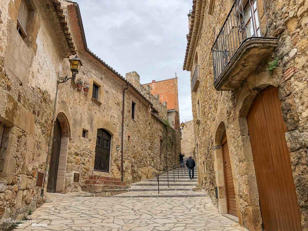 L'escalier du village de Pals dans mon article Visiter la Costa Brava en Espagne : Que faire en 7 lieux à visiter #costabrava #espagne #catalogne #europe #voyage #pals #villagemedieval