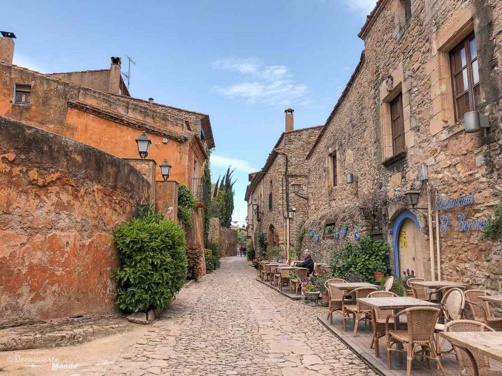 Dans les rues du village de Peratallada dans mon article Visiter la Costa Brava en Espagne : Que faire en 7 lieux à visiter #costabrava #espagne #catalogne #europe #voyage #peratallada #villagemedieval