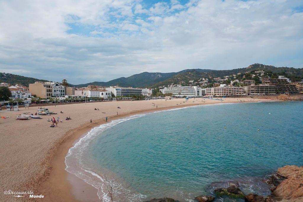 La plage à Tossa de Mar dans mon article Visiter la Costa Brava en Espagne : Que faire en 7 lieux à visiter #costabrava #espagne #catalogne #europe #voyage #tossademar #plage