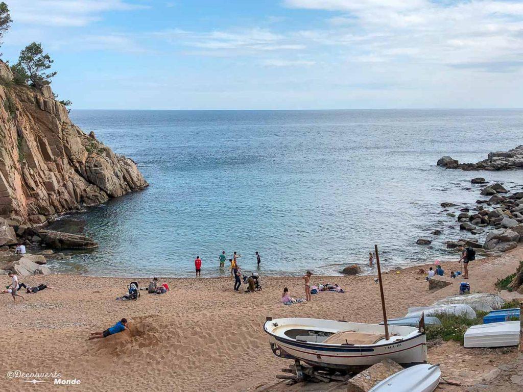 La petite plage cachée à Tossa de Mar dans mon article Visiter la Costa Brava en Espagne : Que faire en 7 lieux à visiter #costabrava #espagne #catalogne #europe #voyage #tossademar #plage