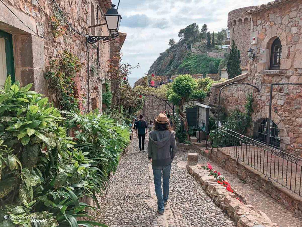 Dans les rues de la vieille ville de Tossa de Mar dans mon article Visiter la Costa Brava en Espagne : Que faire en 7 lieux à visiter #costabrava #espagne #catalogne #europe #voyage #tossademar #medieval