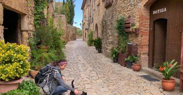 Dans les rues de Peratallada dans mon article Visiter la Costa Brava en Espagne : Que faire en 7 lieux à visiter #costabrava #espagne #catalogne #europe #voyage #peratallada #villagemedieval