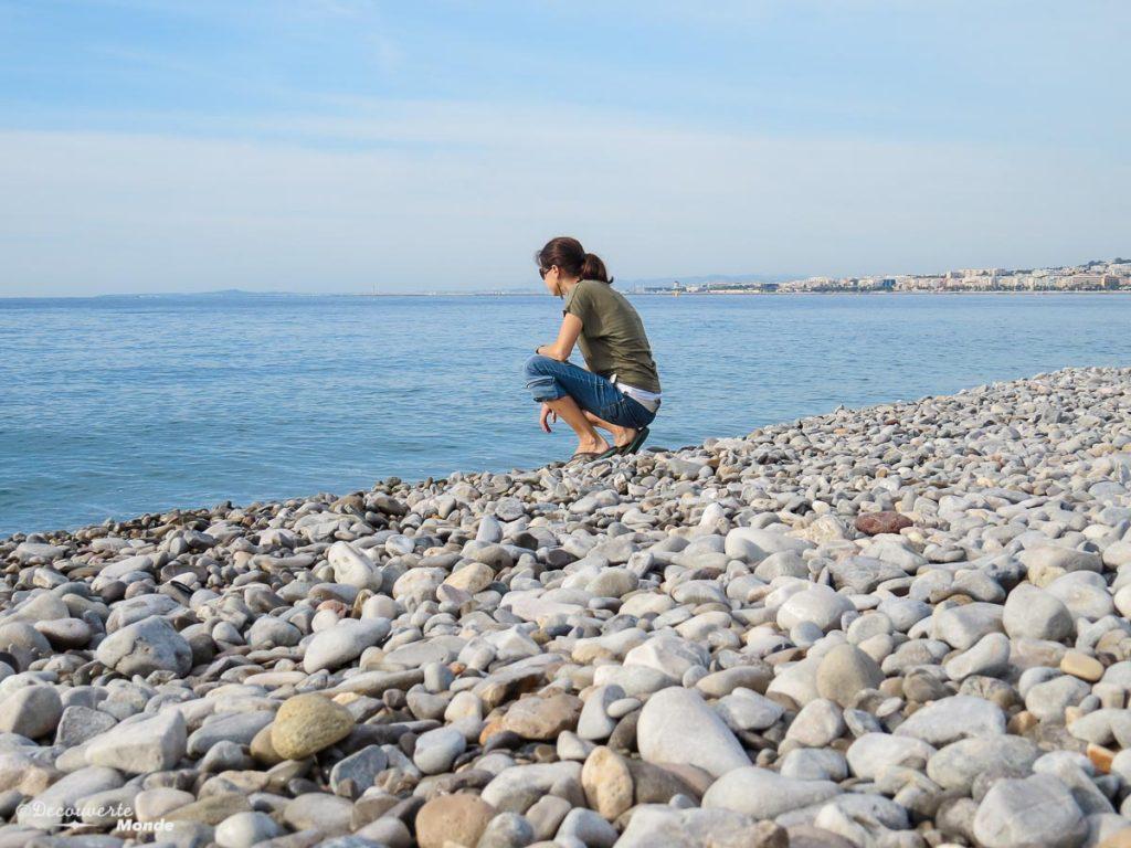 Sur la plage de Nice dans mon article Visiter Nice sur la côte d'Azur: Que faire et que voir en une journée #nice #cotedazur #france #europe #voyage #mer #mediterranee #plage