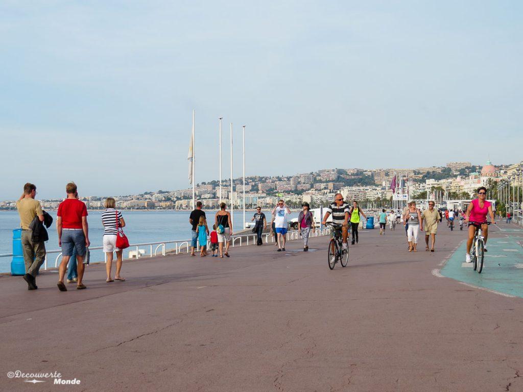 Sur la promenade des anglais à Nice dans mon article Visiter Nice sur la côte d'Azur: Que faire et que voir en une journée #nice #cotedazur #france #europe #voyage #mer #mediterranee