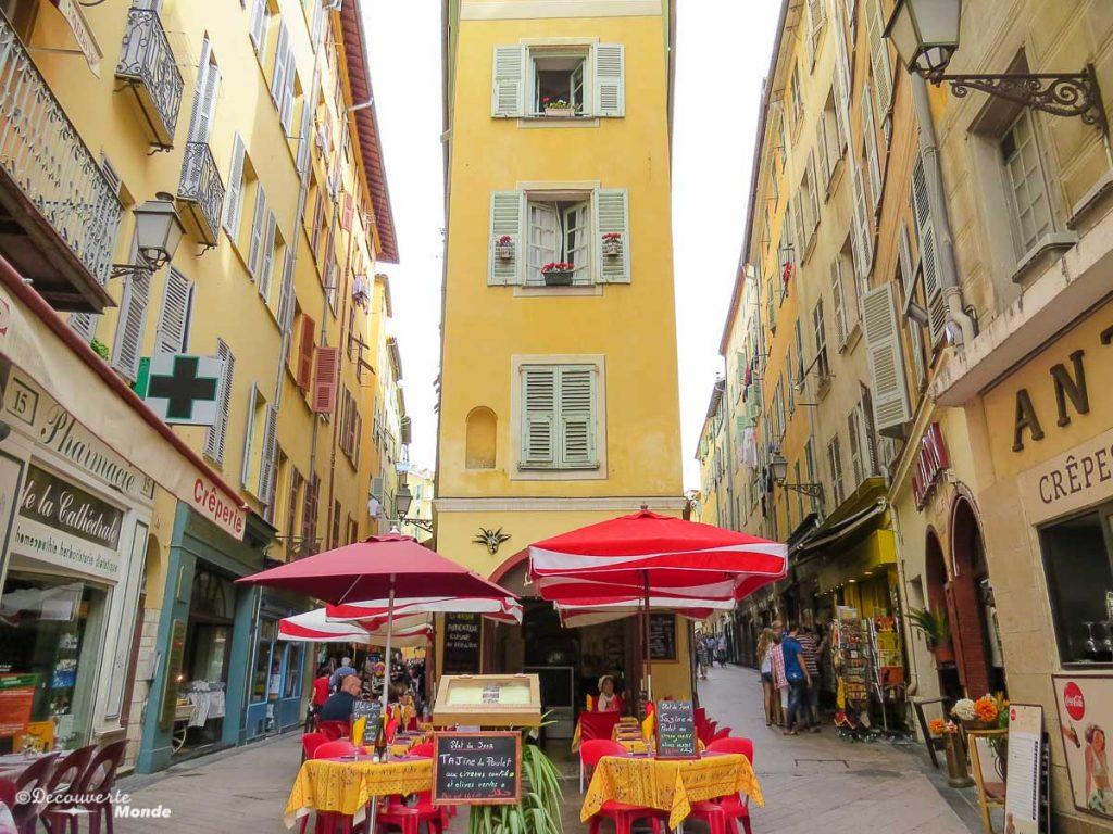 Dans les rues du Vieux-Nice dans mon article Visiter Nice sur la côte d'Azur: Que faire et que voir en une journée #nice #cotedazur #france #europe #voyage #vieuxnice