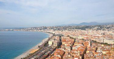 Vue sur Nice dans mon article Visiter Nice sur la côte d'Azur: Que faire et que voir en une journée #nice #cotedazur #france #europe #voyage #mer #mediterranee