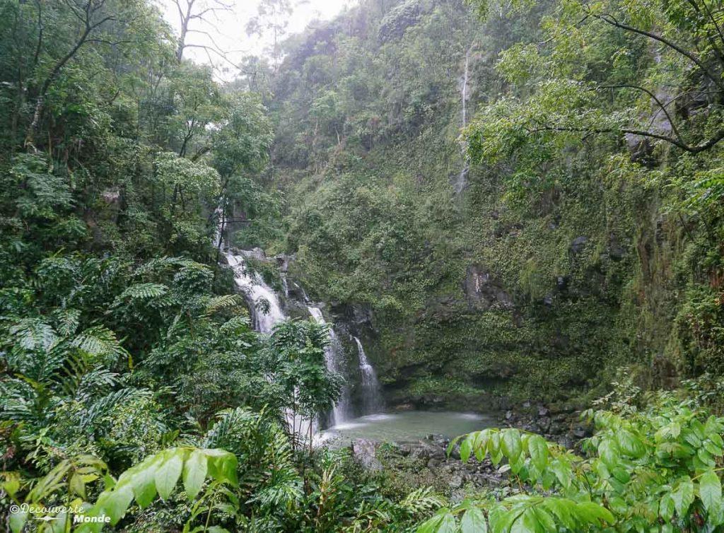 Chute sur la Hana Road à Maui à Hawaii dans mon article Maui à Hawaii : Que faire en 10 jours de road trip sur l'île de Maui #maui #hawaii #hawai #etatsunis #usa #voyage #chute #hanaroad