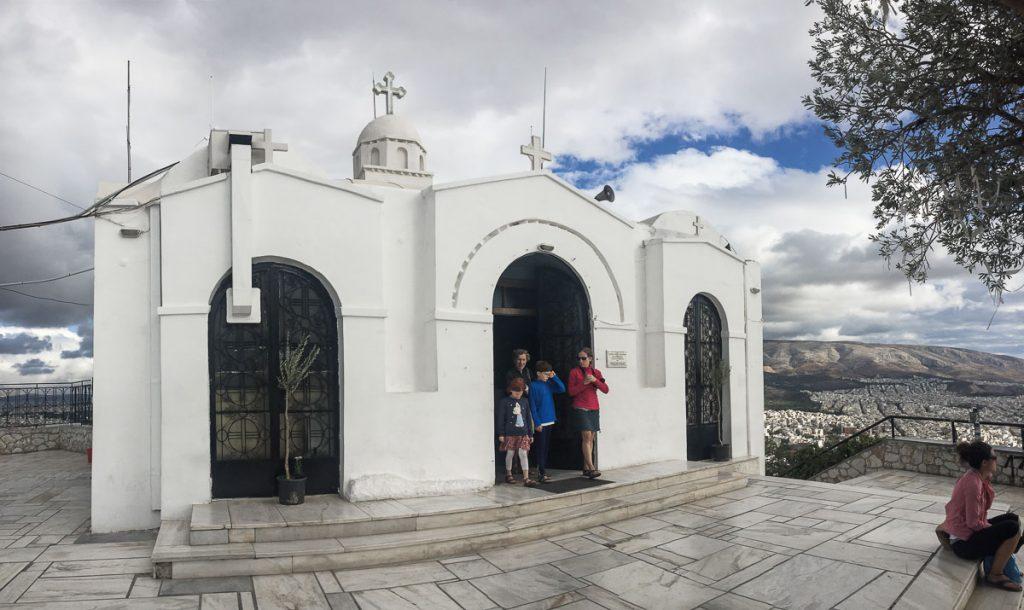 Chapelle au sommet de la colline de Lycabette à Athènes dans mon article Visiter Athènes en Grèce : Que faire et voir le temps d'un week-end #athenes #athens #voyage #grece #lycabette