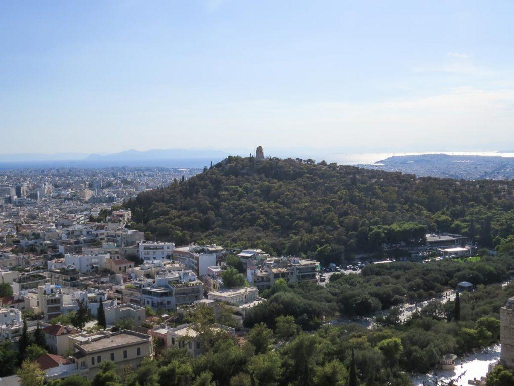 La colline de Philopappos à Athènes dans mon article Visiter Athènes en Grèce : Que faire et voir le temps d'un week-end #athenes #athens #voyage #grece #philopappos