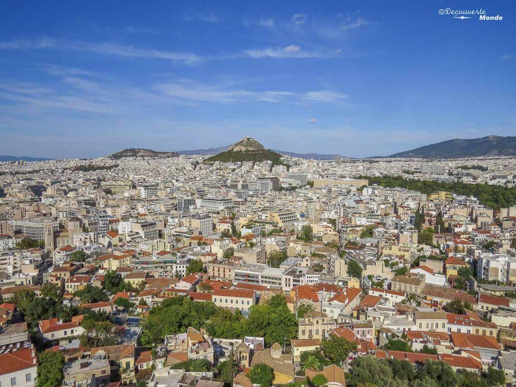 Au loin, la colline de Lycabette à Athènes que nous avons monté dans mon article Visiter Athènes en Grèce : Que faire et voir le temps d'un week-end #athenes #athens #voyage #grece #lycabette