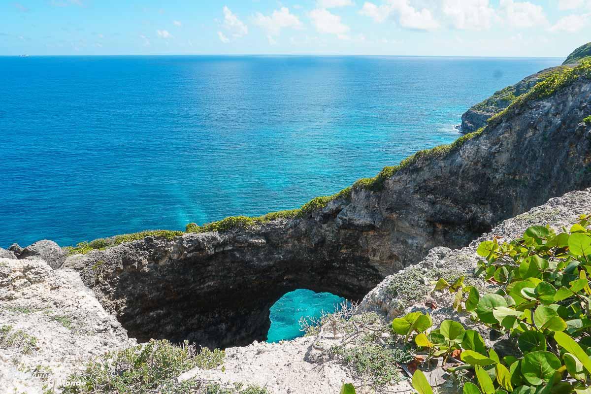 Paysage de Gueule Grand Gouffre sur Marie-Galante dans mon article Quoi faire en Guadeloupe : 6 paysages incontournables à voir en Guadeloupe #guadeloupe #antilles #caraibes #ile #voyage #mariegalante #gouffre #paysage #nature