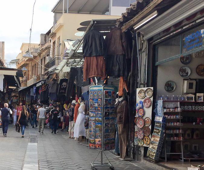 Le marché aux puces de Monastiraki à Athènes dans mon article Visiter Athènes en Grèce : Que faire et voir le temps d'un week-end #athenes #athens #voyage #grece #monastiraki