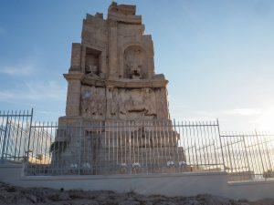 Monument de Philopappos au sommet de la colline de Philopappos à Athènes dans mon article Visiter Athènes en Grèce : Que faire et voir le temps d'un week-end #athenes #athens #voyage #grece #philopappos