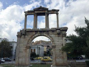 La porte d'Hadrien à Athènes dans mon article Visiter Athènes en Grèce : Que faire et voir le temps d'un week-end #athenes #athens #voyage #grece #histoire #romeantique #antiquite #patrimoine #unesco