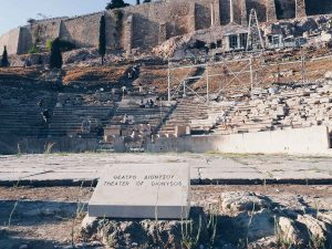 Le théâtre de Dionysos à Athènes dans mon article Visiter Athènes en Grèce : Que faire et voir le temps d'un week-end #athenes #athens #acropole #theatregrec #voyage #grece #histoire #greceantique #antiquite #patrimoine #unesco #dionysos