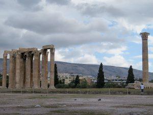 Le temple de Zeus à Athènes dans mon article Visiter Athènes en Grèce : Que faire et voir le temps d'un week-end #athenes #athens #voyage #grece #histoire #romeantique #antiquite #patrimoine #unesco