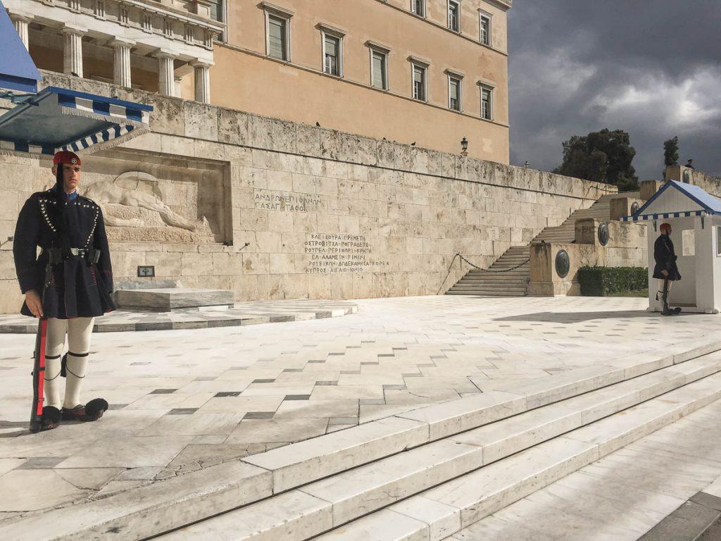 La tombe du soldat inconnu au parlement d'Athènes dans mon article Visiter Athènes en Grèce : Que faire et voir le temps d'un week-end #athenes #athens #voyage #grece