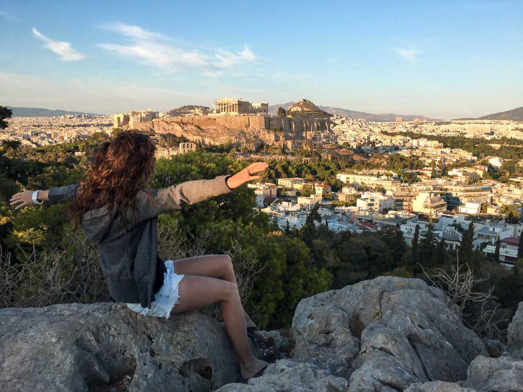 Vue sur l'Acropole du sommet de la colline de Philopappos à Athènes dans mon article Visiter Athènes en Grèce : Que faire et voir le temps d'un week-end #athenes #athens #voyage #grece #philopappos #acropole #parthenon